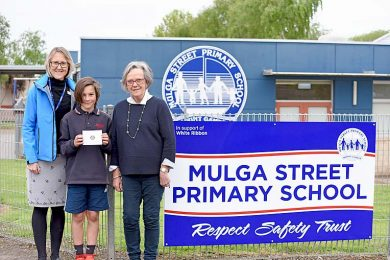 A Mulga Street Principal Mardi Mcclintock, Ethan Mccorie And Past President Of Rotary Club Of Mount Gambier West Libby Furner Dsc 4511  TBW Newsgroup