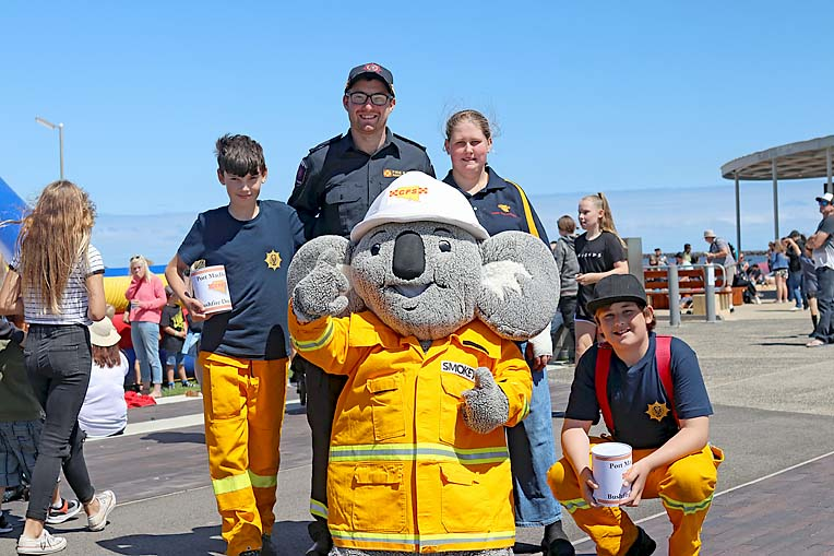 Port Mac Fire Brigage Josh Virgo, Wade Chant, Smokey, Chloe Fensom And Nathaniel Abbott  TBW Newsgroup